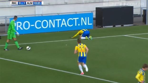 Na 2ª divisão holandesa, goleiro vacila ao se distrair com adversário e leva gol inacreditável