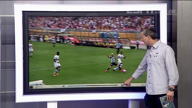 No detalhe, Sálvio mostra que escanteio que originou gol do Santos foi marcado de maneira equivocada pela arbitragem
