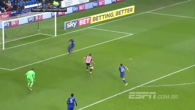Em lance inacreditável, atacante protagoniza um dos gols 'mais perdidos' do ano na 2ª divisão inglesa; é ver para crer
