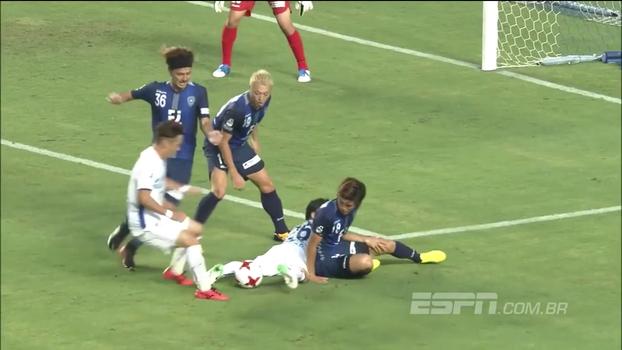 Jogadores se amontoam em briga pela bola e protagonizam um dos gols mais feios do ano na 2ª divisão japonesa