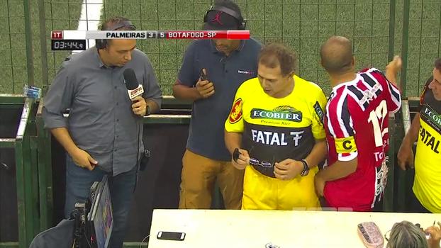 Showbol: Godói coloca óculos para ver o desafio, fica na dúvida e tem 'desavença' com capitão do Botafogo-SP