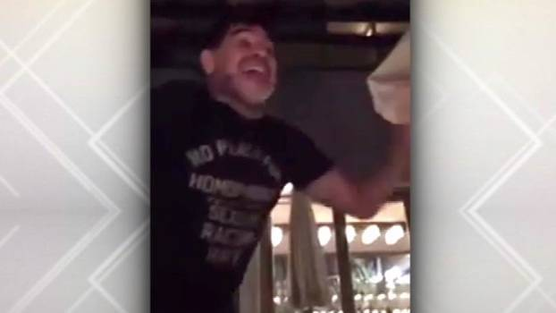 Maradona se empolga, sobe na cadeira e solta a voz: 'No woman, no cry'