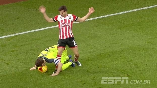 Vale tudo? No chão, James Milner usa a boca para dominar a bola e ganhar disputa