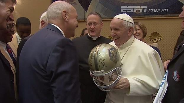 Papa Francisco recebe membros do Hall da Fama da NFL e ganha capacete e camisa personalizada