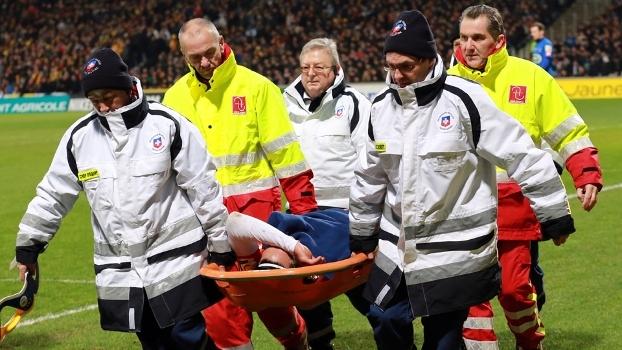 Após carrinho por trás, Falcao García sofre lesão no joelho esquerdo e sai de campo de maca