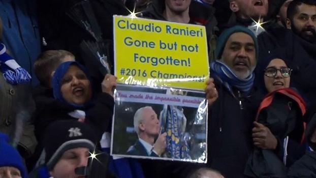 No King Power, torcedores do Leicester cantam em homenagem a Claudio Ranieri