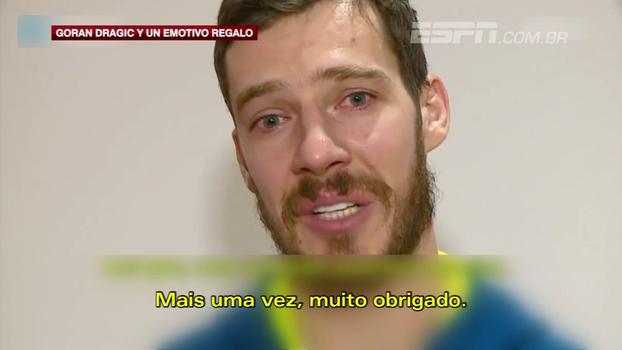 Dragic se emociona ao receber camisa de Petrovic da mãe do ex-jogador