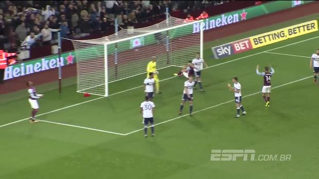 Olha isso! Atacante do Aston Villa dá uma de zagueiro e tira gol do companheiro em cima da linha