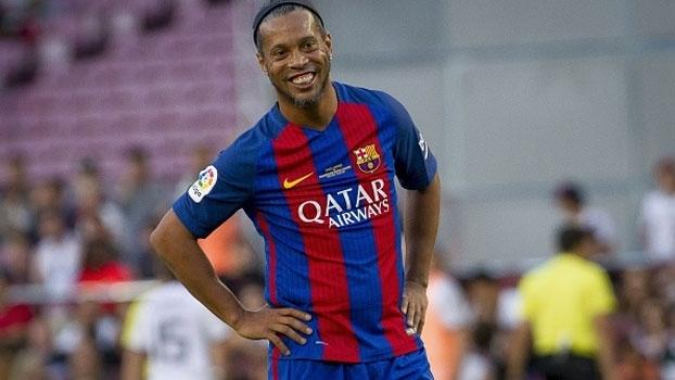 Ronaldinho dá caneta humilhante e empolga torcida em jogo de lendas