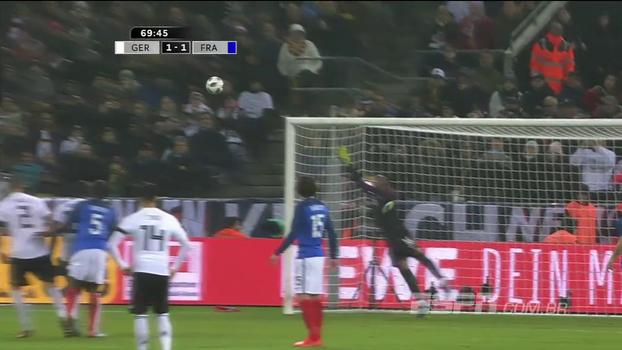 NÃO ENTRA! Kroos cobra falta com muito capricho, a bola bate na trave, na mão de Mandanda e Werner perde no rebote