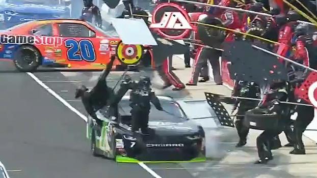 De mal a pior! Piloto atropela mecânico e vê carro 'desmontar' na pista após pit stop bizzaro