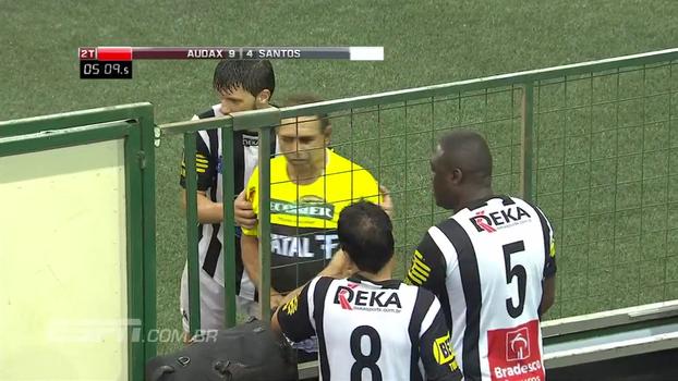 Showbol: Oscar Roberto Godói encara reserva do Santos e aplica cartão amarelo
