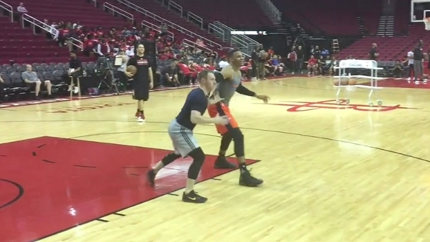Mesmo no treino, Westbrook não tem dó dos colegas, gira e converte o arremesso