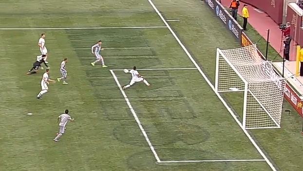 Defesa do Galaxy vacila e Ashley Cole impede gol de empate na MLS