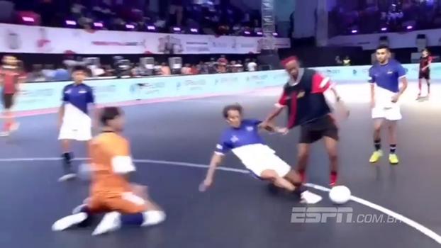Bicicleta, canetas e muitos adversários no chão: veja as melhores 'mágicas' de Ronaldinho em torneio de futsal