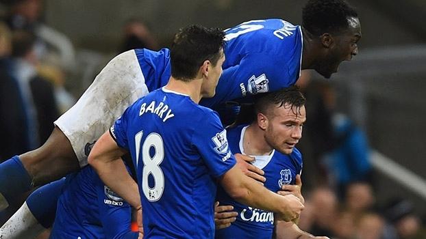 Tom Cleverley marca no último ataque e garante vitória do Everton
