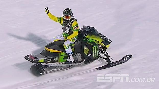 Nos X Games, Joe Parsons faz linda manobra, aterrissa de costas no snowmobile e fica com ouro