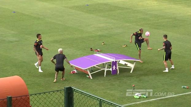 Em futmesa, Alves/Jesus e Neymar/Coutinho duelam durante treino da seleção