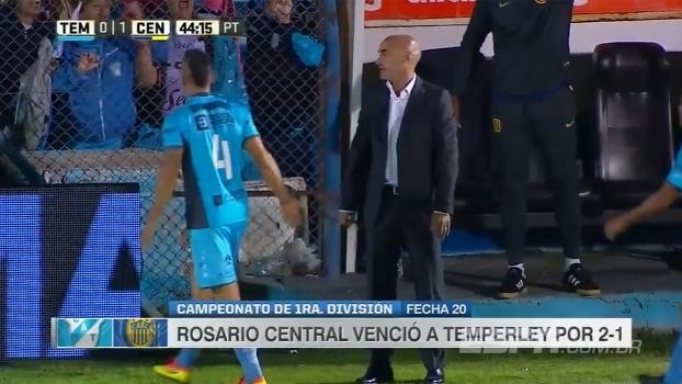 Hoje técnico do Rosario, ex-zagueiro da Juve atrapalha arremesso lateral e é expulso de jogo