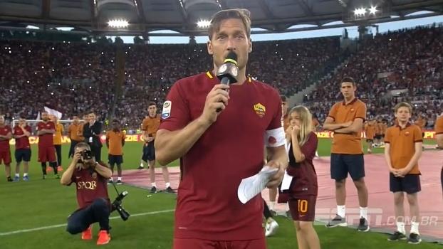 Totti faz discurso emocionante no meio do gramado: 'Ficaria aqui mais 25 anos'