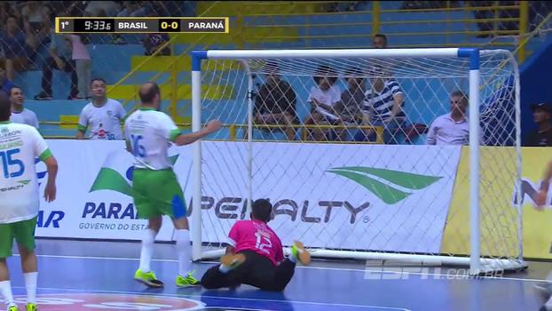 Goleiro faz 'defesaça monumental' em jogo das estrelas de futsal; veja