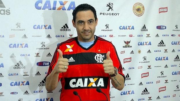 Veja imagens da apresentação de Chicão, ex-Corinthians, no Flamengo