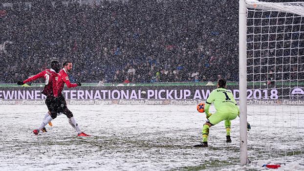 Sob muita neve, Hannover bate Hoffenheim e encosta na zona de competições europeias da Bundesliga