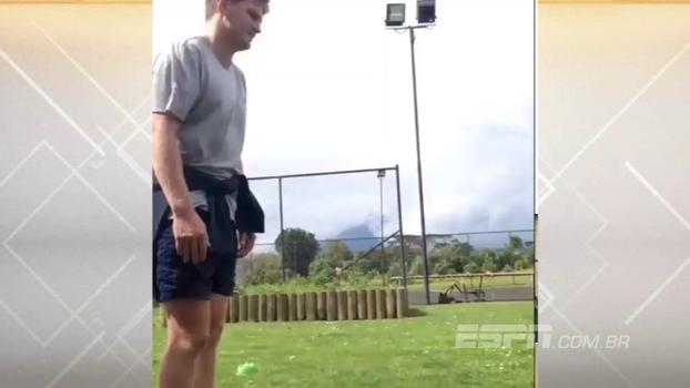 Jogador dos All Blacks treina pontaria fazendo cestas com a bola de rugby... usando o pé; veja