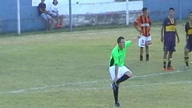 Veja imagens de árbitro bêbado em partida no Uruguai