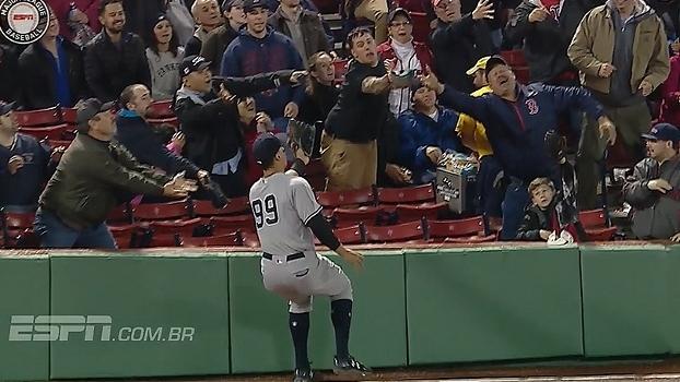 Que defesa! Jogador dos Yankees voa na torcida para agarrar bola
