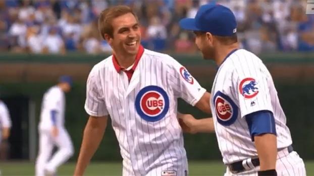 Em pré-temporada nos Estados Unidos, Lahm faz o primeiro arremesso de jogo da MLB