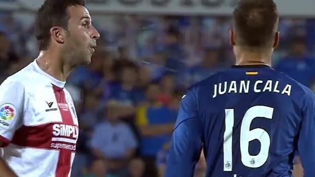 Lamentável: Íñigo López cospe em Juan Cala no final do jogo entre Getafe e Huesca