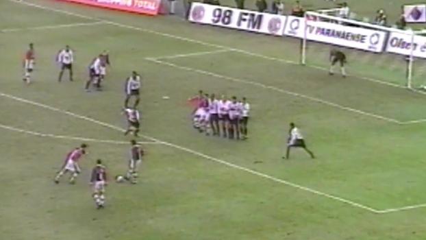 Alex Mineiro colocou Atlético-PR na frente, mas Lúcio Flávio empatou para o Paraná em 2001