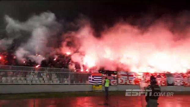 Torcida do Estrela Vermelha faz a festa no clássico contra o Partizan