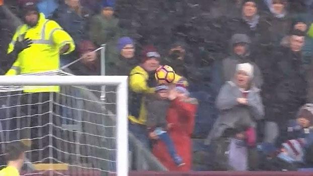Torcedor do Burnley salva criança de bolada em jogo contra o Chelsea