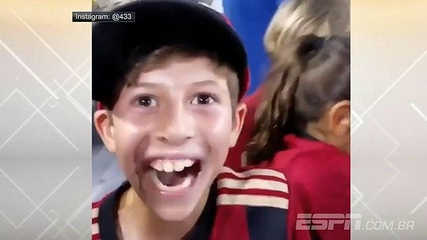 Jovem torcedor se emociona ao receber camisa de jogador na MLS