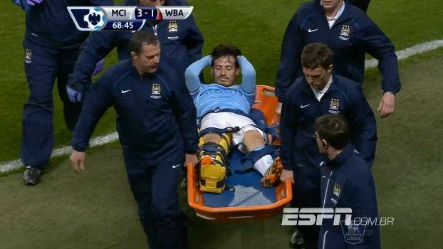 David Silva deixa jogo do City com perna imobilizada e preocupa