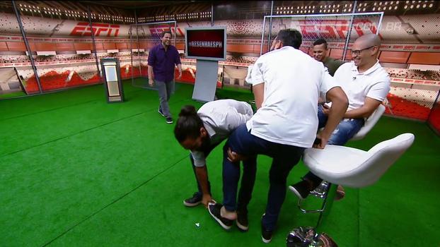 Gustavo Scarpa entrega, e Henrique Ceifador é forçado a mostrar pé feio no 'Resenha'