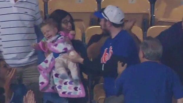 Caos! Pai quase derruba filho tentando pegar a bola, bebê começa a chorar e mãe fica furiosa