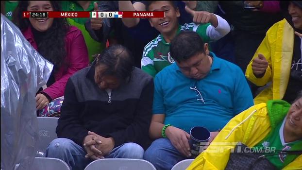 Dormiu! Dupla aparece tirando soneca em arquibancada durante jogo entre México x Panamá