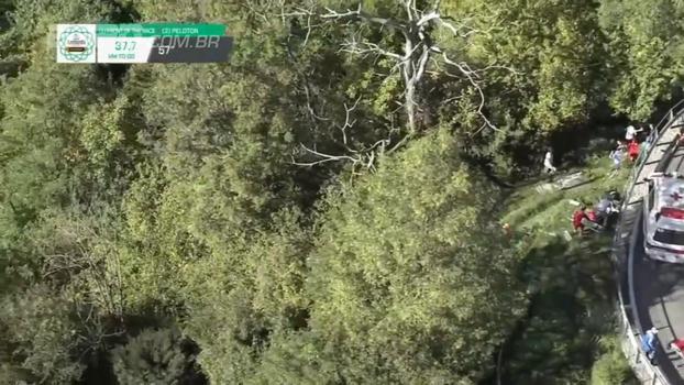 Ciclista belga perde controle em curva, sofre queda grave mas não se machuca