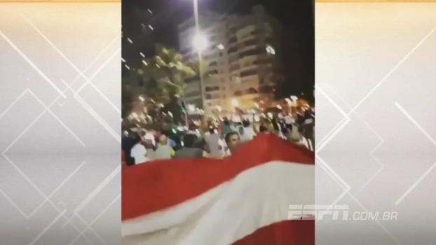 No calçadão e na praia: torcida do Independiente faz a festa no Rio antes de final da Sul-Americana