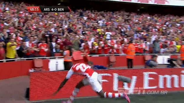 Quarto gol de Sanogo na partida pelo Arsenal tem tropeço e risos do narrador