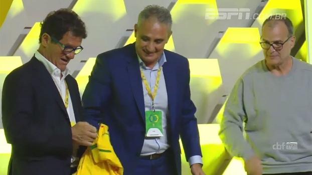 'El Loco' Bielsa recusa camisa da seleção brasileira em evento com Tite; veja