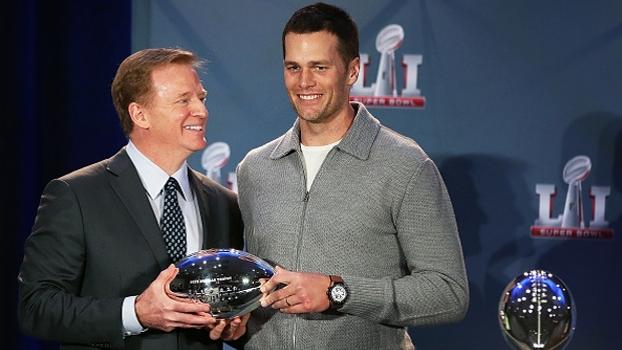 Com sorrisos tortos, Roger Goodell entrega o troféu de MVP do Super Bowl LI para Tom Brady