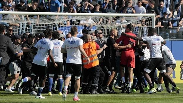 Veja as imagens da briga que interrompeu a partida entre Bastia x Lyon