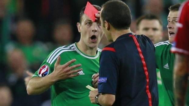 Jogador norte-irlandês faz duas faltas na mesma jogada, leva dois amarelos e é expulso