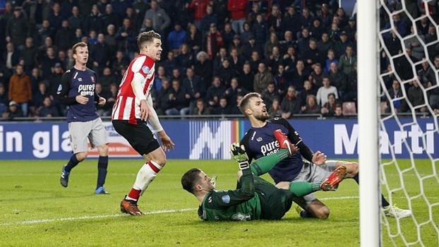 Em jogo de sete gols e muita emoção, líder PSV vence Twente com gol contra nos acréscimos