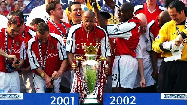 Em jogaço no Highbury, Arsenal contou com gols de Henry e Bergkamp para vencer o Everton em 2002
