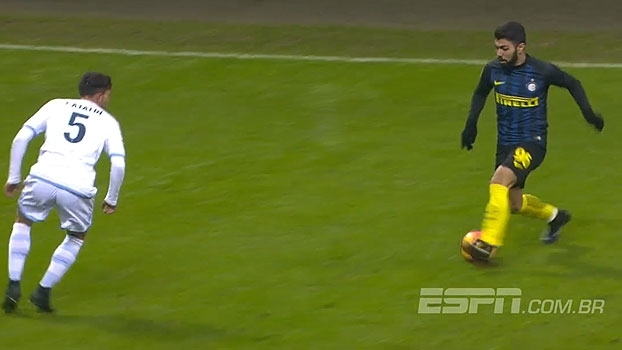 Desarmado após jogada individual, Gabigol chama a torcida da Inter que aplaude o brasileiro